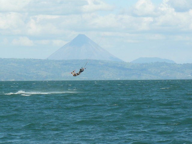 Kitesurfing in front of Vulcano Arenal
